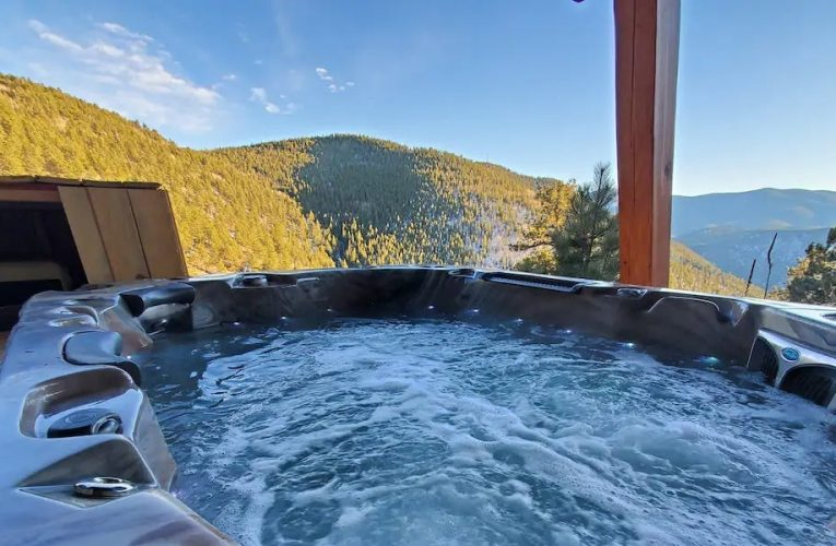 The 11 best Airbnbs with private hot tubs in the US