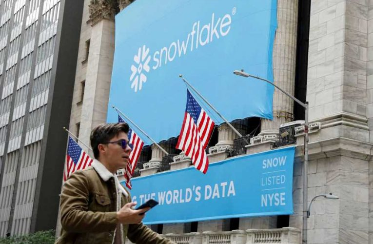 Stocks making the biggest moves midday: Snowflake, Palantir, Vroom and more